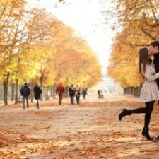 Для чего девушки приподнимают ногу во время поцелуя